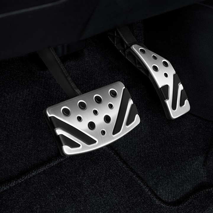 Sporty aluminum pedals make maneuvering around town a thrill.