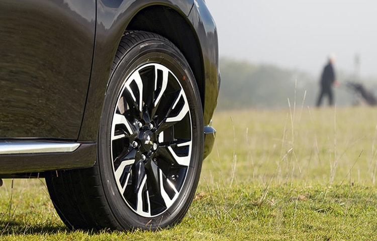 The 18'' alloy wheels are restyled to create a dramatic effect on the Outlander PHEV.